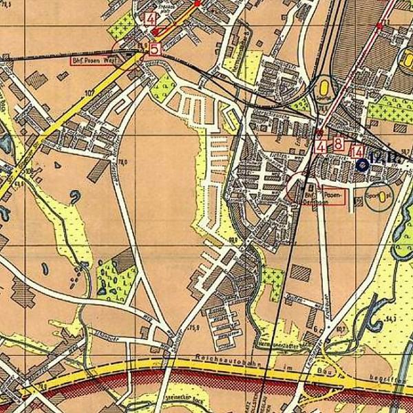 """1944 r.źródło: http://www.walkowiak.pl/Poznan_mapy/W hitlerowskich planach rozwoju miasta przypaść miała naszej dzielnicy szczególna rola. W latach 1940-1941 opracowano plany stworzenia tutaj wielkiego polskiego getta, które zasiedlić mieli wyrzuceni ze swych mieszkań na Wildzie i Łazarzu Polacy. Ideę tę zrealizowano częściowo w 1943 roku, gdy wybudowane zostały baraki przy ulicy Opolskiej. Osiedle miało zamieszkać ok. 60 tys. ludzi, do tak wielkiej jego rozbudowy jednak nie doszło. Prawdopodobną tego przyczyną była wielka wiosenna powódź w 1943 lub w 1944 roku, w wyniku której wszystkie niżej położone łąki w dolinie Górczynki i Strumienia Junikowskiego, nieopodal nasypu kolejowego, zostały zalane wodą. Warto wspomnieć, iż owo """"Polensiedlung"""" nie było jedyną niemiecką inwestycją w tej części miasta - wzdłuż ulicy Opolskiej, Jesionowej, i Jaśminowej wzniesiono bloki, za nimi zaś osiedle małych domków. Z kolei przed ul. Ostatnią, na wysokości dzisiejszego kościoła oo. Oblatów, powstało małe osiedle domków przeznaczonych dla tzw. """"Schwarzmeerdeutsche"""" - Niemców czarnomorskich, przesiedlonych tu z Ukrainy. Ponurym akcentem, rzucającym cień na cała okolicę było wybudowanie w Żabikowie w 1943 roku tzw. obozu przejściowego, miejsca kaźni poznaniaków, które zastąpiło dotychczasową katownię w Forcie VII. Barbarzyńskie prawa hitlerowskiej okupacji odciskały swe piętno na życiu świerczewskich Polaków. Niekiedy mogli oni oglądać hitlerowskiego władcę Wielkopolski, Namiestnika Artura Greisera, który samochodem lub powozem przejeżdżał przez Świerczewo udając się do swej Greiserówki."""